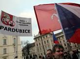 Na Hradčanském náměstí před Pražským hradem proběh...