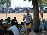 Uprchlíci před autobusovým nádražím v Bělehradě. D...