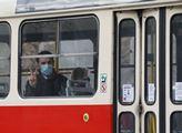 Od úterý je pro cestující v pražské mhd rouška zak...