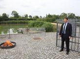 Prezident Miloš Zeman veřejně spálil červené trený...