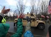 Příjezd amerického konvoje do kasáren v Praze Ruzy...