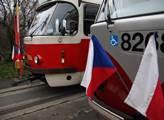 Státní vlajky na tramvajích dají tušit, že je stát...