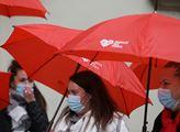 Červené deštníky