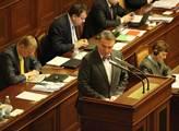 Bohuslav Svoboda u řečnického pultíku ve sněmovně