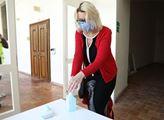 Dezinfekce rukou před vstupem na tiskovou konferen...