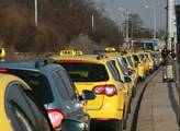 Prahou se prohnala protestní jízda taxikářů. Nelíb...