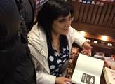 Klára Samková v brněnském knihkupectví.