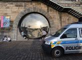 """FOTO """"Schovat chlast! Bít Pavla Novotného."""" Praha a dav hodně zblízka. I s policií"""