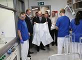 Součástí návštěvy byl také demonstrační chemický p...