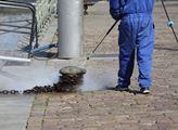 Dezinfekce náplavky u Vltavy prostředkem s aktivní...