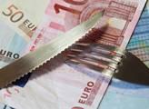 Češi, jste chudší, protože nemáte euro, tvrdí aktivisté. A je tu petice. Přežije koruna?