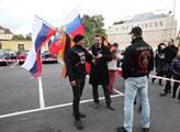 Sympatizanté s ruskou politikou před sportovní hal...