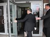 Lubomír Zaorálek s doprovodem vchází do budovy ČT