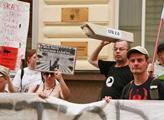 Hlouček dvaceti lidí se s několika transparenty se...