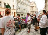 Tématem happeningu byl protest proti proti plošném...