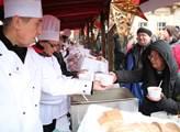 Tradiční rozlévání štědrodenní polévky na Staroměs...