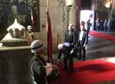 V klášteře sv. Jeronýma v Lisabonu, položení věnce...