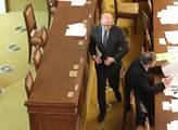Premiér Bohuslav Sobotka míří k řečnickému pultu