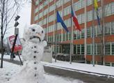 Sněhulák před krajským úřadem ve Zlíně