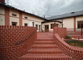 Jeho škola sídlí v Horní suché hned vedle Dělnické...