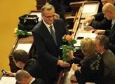 Miroslav Kalousek daruje květinu