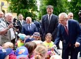 Prezident Miloš Zeman rozdává kinder vajíčka v rám...