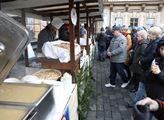 Rozlévání rybí polévky pražským magistrátem zdarma...