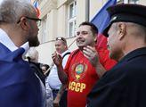 VIDEO Starosta Kolář mluvil o hnusu z Hradu. A mezitím pod okny: Rudý sajrajt do Ruska. Za to tričko by vás měli zatknout