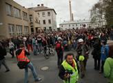 Pak se vydaly pochodem na náměstí k městskému úřad...
