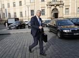 Zastupitel Miloslav Ludvík spěchá na schůzi