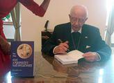 A oni mi ji nechtěli vydat. Tak se jí zlekli: Monsignor Piťha představil v Senátu knihu o dnešní době. Podívat se přišli Duka, Benda i Ovčáček