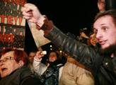 Demonstrace proti vládě se přemístila před Českou ...