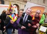 Vítání Dalajlamy v Praze na Hradčanském náměstí. D...