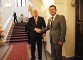Miloš Zeman se  zdraví s Janem Hamáčkem