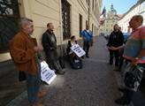 Před sněmovnou protestovalo pár občanů proti vládě