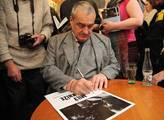 Karel Schwarzenberg podepisoval knihu o sobě s náz...