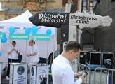 Manifestace na Staroměstském náměstí za děti do šk...