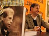 Michael Žantovský podepisoval svou knihu o Václavu...