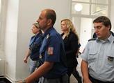 Jana Nagyová přiváděná eskortou justiční stráže