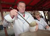 Bohuslav Svoboda nalévá každoroční rybí polévku