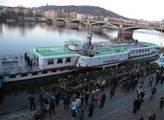 Z Rašínova nábřeží odplula loď s květinami pro Hav...