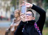 Fotografování u sochy Věry Špinarové