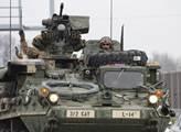 Američtí vojáci odpovídají na pozdravy lidí, kteří...