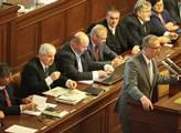 Dnes je na programu sněmovny hlasování o jejím roz...