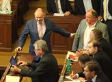 Poslanec Hašek drží svého kolegu Jandáka