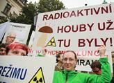 Před úřadem vlády se demonstrovalo proti současné ...