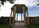 Vstupní brána památníku Lidice
