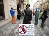 Protest se uskutečnil před Lidovým domem- sídlem Č...