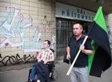 Před budovou Domu odborových svazů se začali shrom...