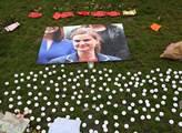 Pietní místo zavražděné britské poslankyně Jo Coxo...